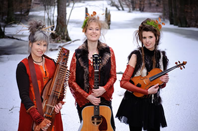 Huldrelokk in the winter snow with their instruments